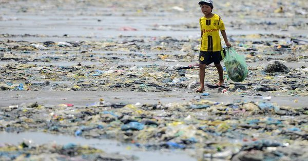Child walking in trash on seashore_Source Nguyen Viet Hung_The Vietnamese